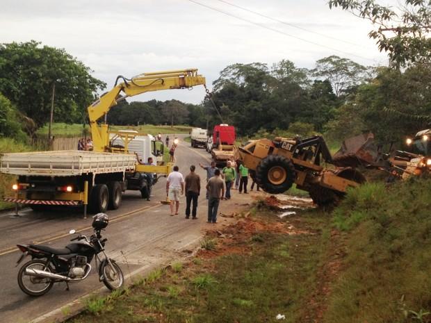 Um caminhão munck e uma pá carregadeira foram utilizados para retirar o rolo compressor da via (Foto: Genival Moura/G1)