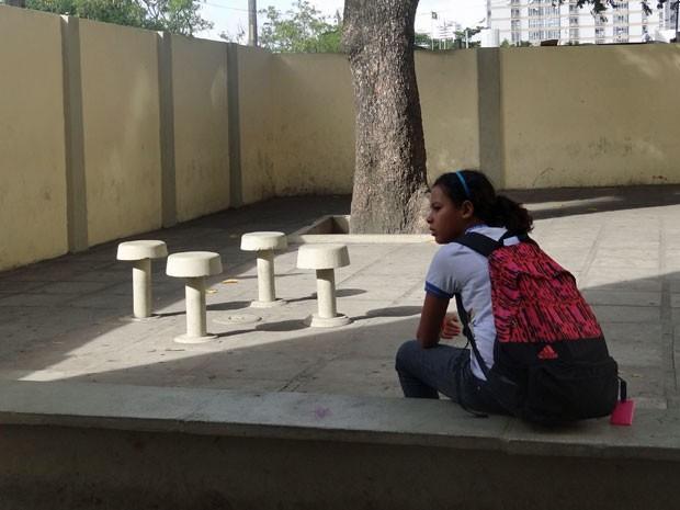 Muitos estudantes foram ao colégio mas não tiveram todas as aulas. Por isso, não sabem se continuarão indo nos próximos dias de paralisação (Foto: Marina Barbosa / G1)