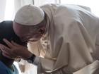 Papa Francisco faz visita surpresa a ex-prostitutas em Roma