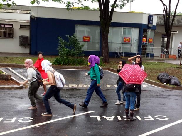 Manifestantes mascarados pelo campus de Campinas (Foto: Marcello Carvalho/G1)