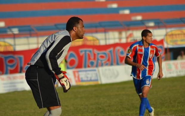 Goleiro Genivaldo segurou o ataque tricolor (Foto: Felipe Martins/GLOBOESPORTE.COM)
