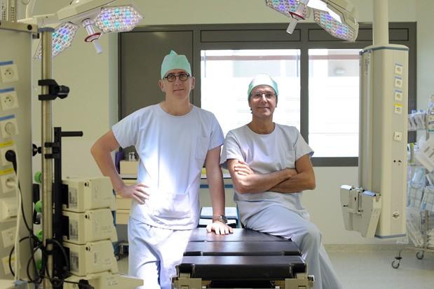 Médicos Nicolas Doumerc e Federico Sallusto, responsáveis por cirurgia inovadora que combinou robótica, acesso vaginal e cirurgia de remoção e implante simultâneas  (Foto: Remy Gabalda/AFP Photo)