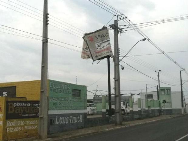 Em Ibaiti, uma placa de publicidade ficou retorcida devido à força do vento (Foto: Mariza Oliveira Santos/Arquivo Pessoal )