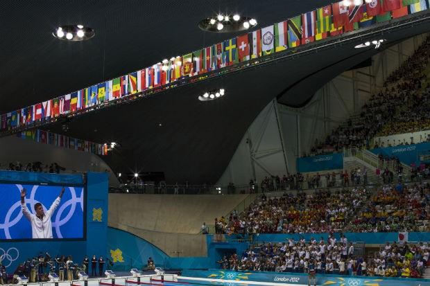 O húngaro Daniel Gyurta, novo recordista mundial dos 200 metros peito, saúda a torcida antes de receber a medalha de ouro durante a cerimônia de premiação, na quarta-feira (1) (Foto: Mauricio Lima/ÉPOCA)