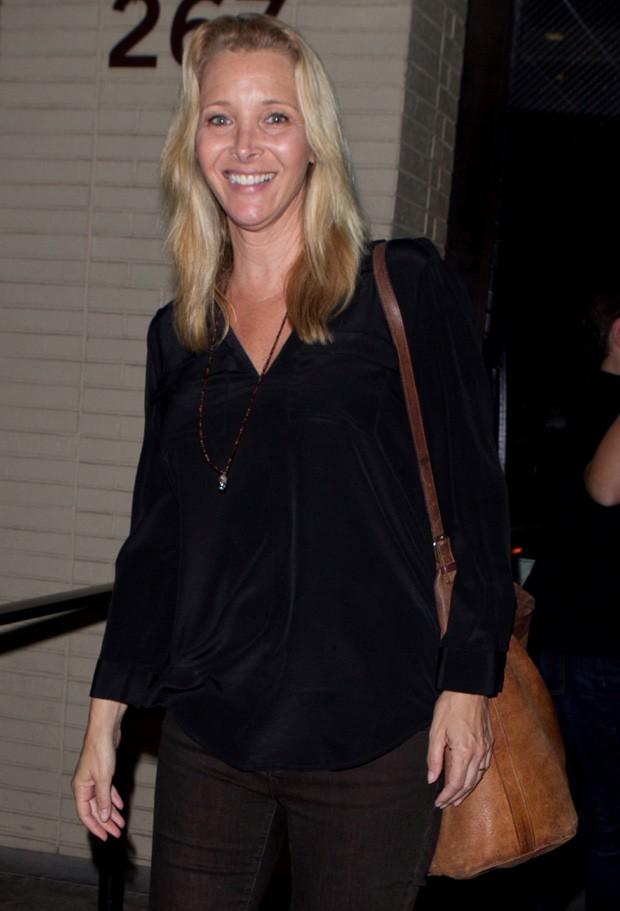 Aos 52, Lisa Kudrow é fotografada de cara limpa em passeio com o marido