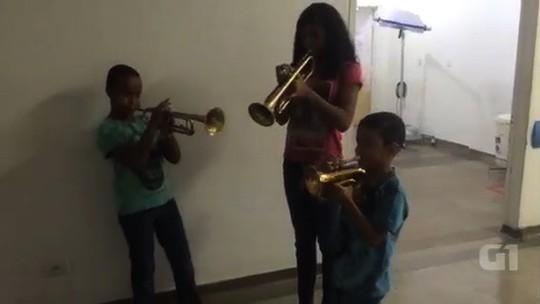 Ex-paciente, garoto toca trompete para homenagear médicos; veja vídeo