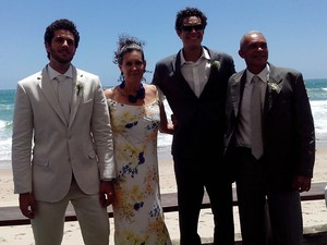com o irmão Ramon Muller, que participou do programa No Limite, a mãe Marinalva Galvão e o pai Saul Muller (Foto: Arquivo Pessoal)