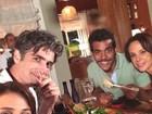 Elenco de 'Em família' devora comida japonesa em gravação de novela