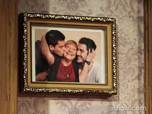 Olha que gracinha a lembrança dos netos, Alan e Duca, com Dalva (Foto: Camila Camacho / TV Globo)