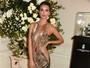 Emily Ratajkowski investe em vestido ousado para badalar na Inglaterra