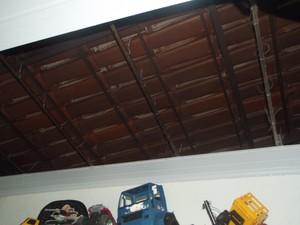 O teto do quarto caiu, depois da forte chuva da madrugada desta quinta-feira (31). (Foto: Patrícia Belo/G1)