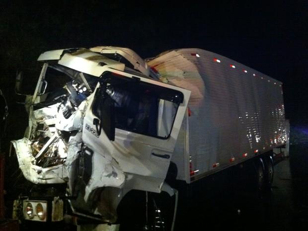 Caminhão não conseguiu desviar e bateu na traseira de duas carretas na BR-386 (Foto: Bruna Ostermann /RBS TV)