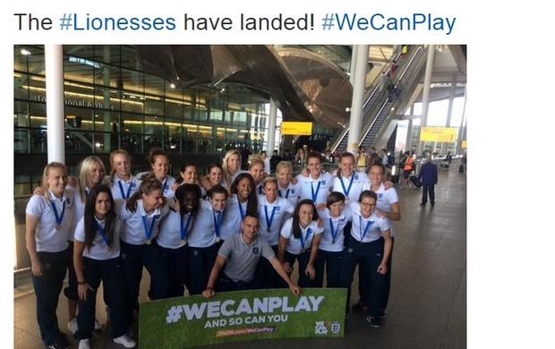 Seleção feminina da Inglaterra na chegada ao país