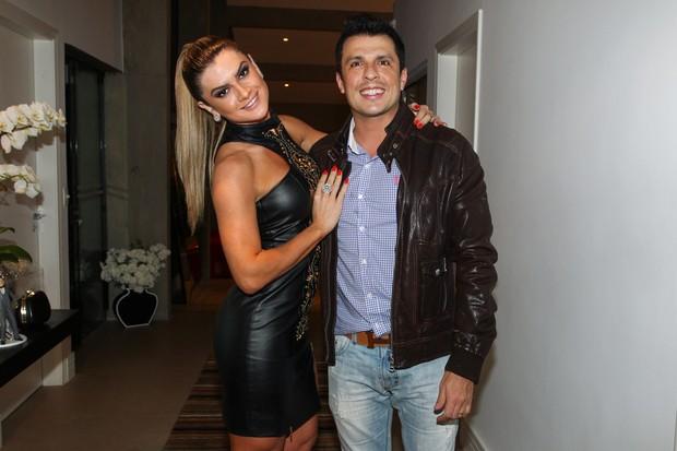Mirella Santos posa com o marido, Ceará, antes de festa (Foto: Manuela Scarpa/Foto Rio News)