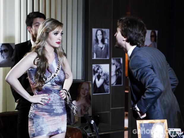 Rose se espanta com as fotos de Pri e decide ir embora (Foto: Inácio Moraes/TV Globo)