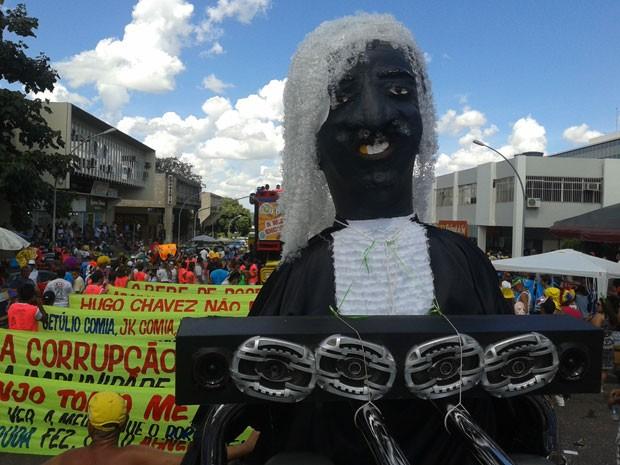 Boneco do presidente do Supremo Tribunal Federal (STF), Joaquim Barbosa, é destaque no desfile do bloco Pacotão, de Brasilia. No carnaval deste ano, a agremiação protesta contra o mensalão e contra os últimos governadores do Distrito Federal. (Foto:  Foto: Lucas Nanini/G1)