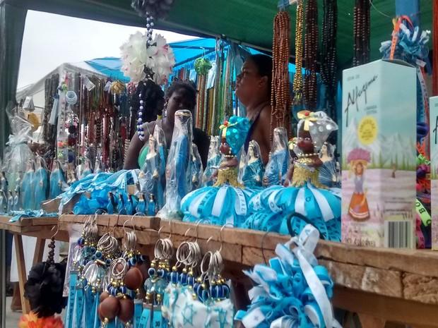 Comerciantes ofereceram opções de oferendas e lembranças da festa de Iemanjá (Foto: Rafael Teles / G1)