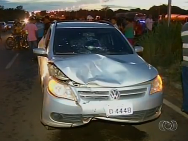 Carro que bateu na traseira da motocicleta (Foto: Reprodução/TV Anhanguera)