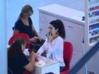 Claudia Ohana faz as unhas das mãos no aeroporto antes de embarcar no Rio