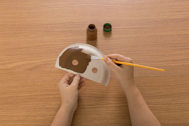 3. Na parte maior, desenhe os olhos e recorte com o estilete. Pinte a parte de trás do prato. Deixe secar. (Foto: Bruno Marçal / Editora Globo)