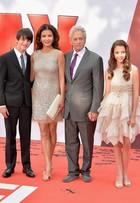 Catherine Zeta-Jones e Michael Douglas levam os filhos em première