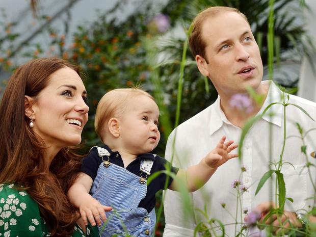 Julho de 2014 - Bebê é fotografado ao lado dos pais em visita ao Museu de História Natural de Londres (Foto: AP)