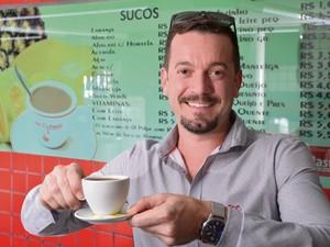 Bancário Vilker Zucolotto Pessin não abre mão do café (Foto: Edson Chagas/ A Gazeta)