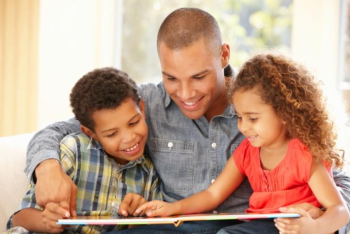 Apresente livros com diferentes formatos, assuntos diversos e deixe as crianças escolherem qual história querem ouvir  (Foto: Shutterstock)