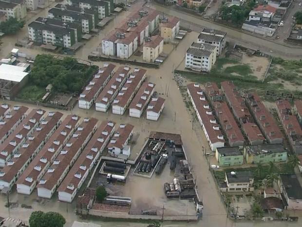 Ruas inteiras continuam alagadas no bairro de Jardim Fragoso, em Olinda (Foto: TV Globo/Reprodução)