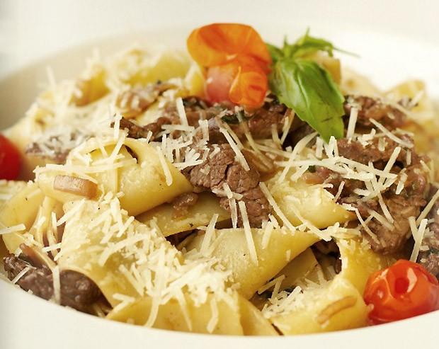 Espaguete misto com picanha, bacon e molho de queijos com cream cheese (Foto: Reproduo)