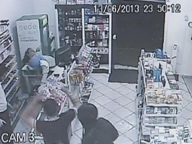 Dupla de ladrões rende funcionário e cliente dentro da farmácia (Foto: Reprodução TV TEM)