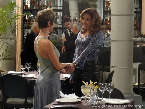 Cínica! Wanda finge que está emocionada com Aisha (Foto: Salve Jorge/TV Globo)