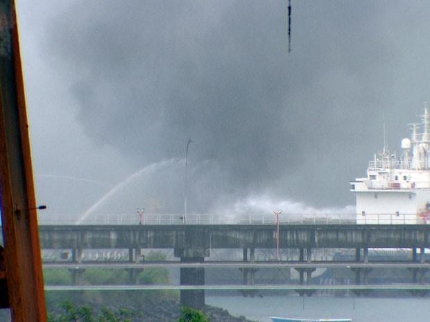 Incêndio em navio no Porto de Aratu ainda não foi totalmente controlado (Foto: Imagens/TV Bahia)
