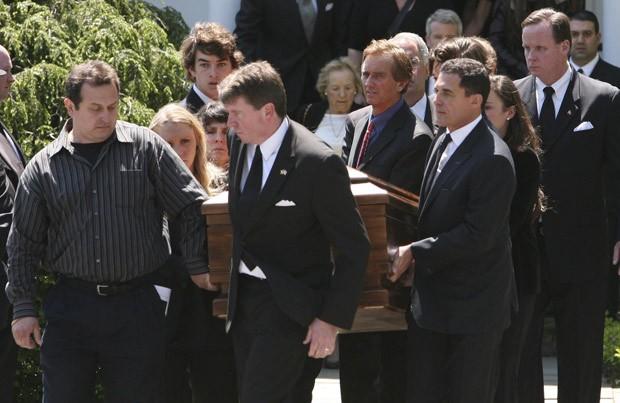 O caixão com o corpo de Mary Kennedy é carregado pelo marido, Robert F. Kennedy (à frente), ao deixar a Igreja St. Patrick's, in Bedford, neste sábado (19) (Foto: Michelle McLoughlin / Reuters)