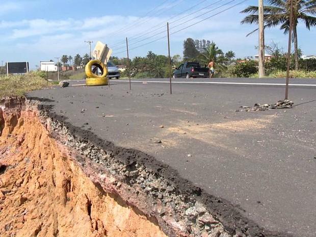 Força da água já destruiu acostamento da Rodovia do Sol (Foto: Reprodução/ TV Gazeta)