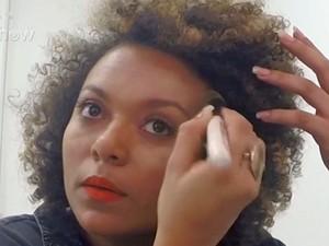 Agnes com corretivos espalhados no rosto para criar os contornos (Foto: Gshow)