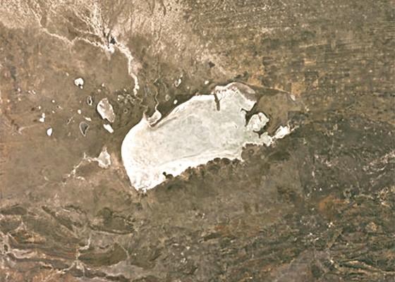 O pan de Etosha, uma planície salgada situada dentro do Parque Nacional, pode ser observado do espaço  (Foto: Reprodução © Google Earth)