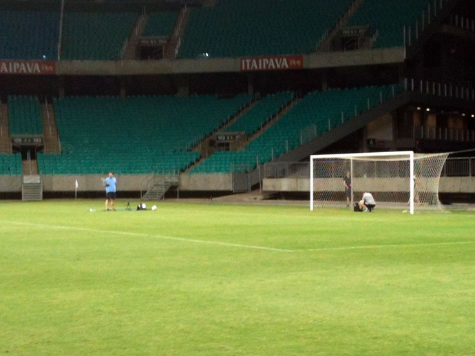 Teste bola com chip na Fonte Nova (Foto: Thiago Pereira)