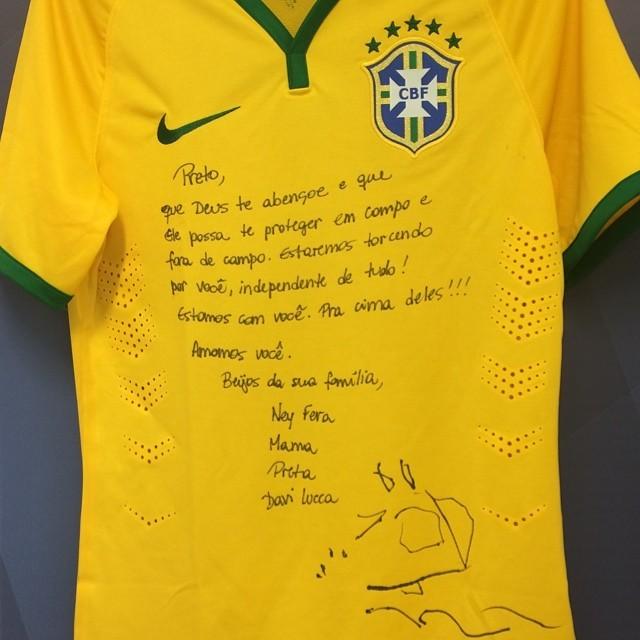 Neymar recebe camiseta da 'sorte' da família (Foto: Reprodução Instagram)
