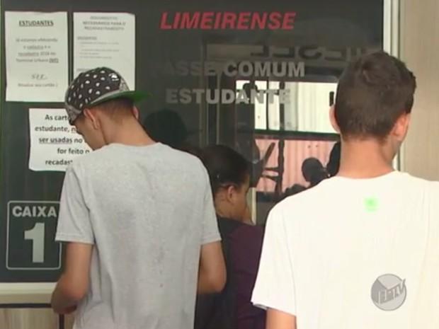 Estudantes de Limeira estão sem passe escolar desde o início das aulas (Foto: Reprodução/EPTV)