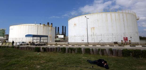 A úncia central elétrica da Cidade de Gaza, que fechou em março deste ano por falta de combustível vindo de Israel (Foto: Mohammed Abed/AFP)