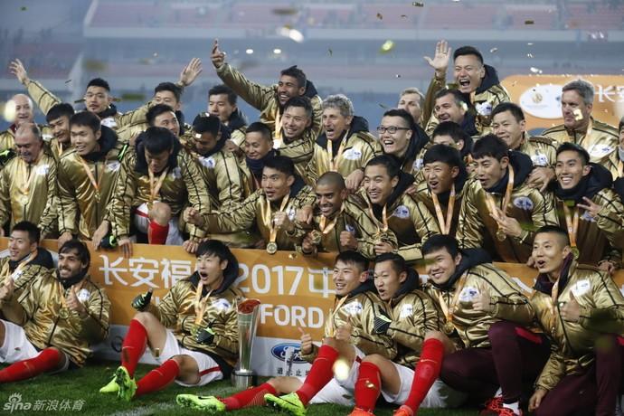 Luiz Felipe Scolari, Murtosa, Ricardo Goulart e Alan na comemoração do Guangzhou Evergrande na Supercopa da China (Foto: Reprodução Sina.com)