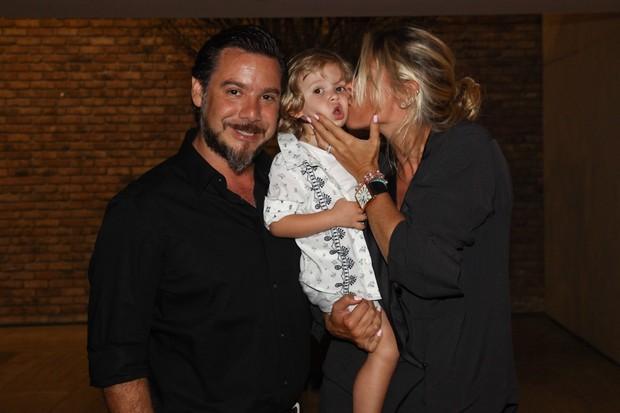 Adriane Galisteu e o filho, Vittorio, e o marido, Alexandre Iódice em restaurante em São Paulo (Foto: Manuela Scarpa/ Foto Rio News)