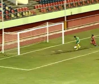 Jogador do Alto Acre arranca, dribla goleiro e perde gol embaixo da trave (Foto: Reprodução)
