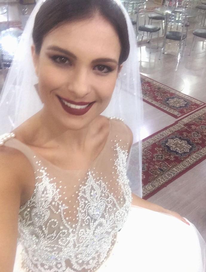 Kamilla faz selfie vestida de noiva (Foto: Arquivo Pessoal)