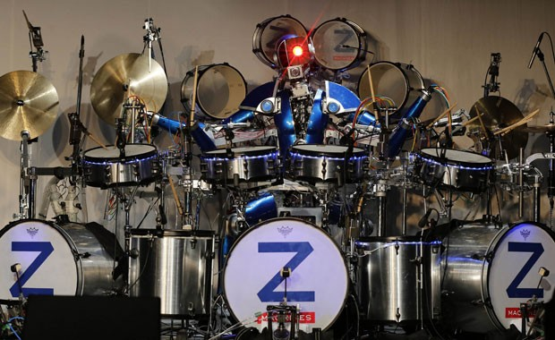 O baterista Ashura durante o show de estreia da banda de rock Z-Machines (Foto: Toru Hanai/Reuters)
