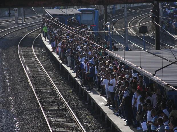 Plataforma lotada e fila na estação de trem de São Cristóvão da SuperVia, no Rio de Janeiro, nesta sexta-feira (12). Os trens apresentam nesta manhã atrasos de 30 minutos. Na noite de quinta (11), um trem descarrilou com cerca de 400 passageiros.  (Foto: Ale Silva/Futura Press/Estadão Conteúdo)