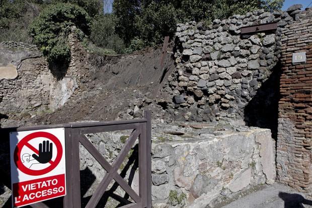 Foto mostra outra parede denificada nas ruínas de Pompeia (Foto: AFP Photo/Roberta Basile)