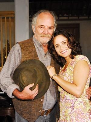 Cláudio Marzo ao lado da atriz Fernanda Vasconcellos  durante uma gravação de novela (Foto: Foto: João Miguel Júnior/TV Globo)