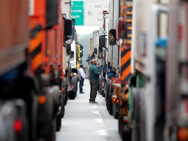 Fila de caminhões se forma no trecho da interligação entre a rodovia dos Imigrantes e Via Anchieta, no Planalto. O trânsito de acesso ao Porto de Santos ficou prejudicado por conta de problemas no Ecopátio, em Santos. (Foto: Nilton Fukuda/Estadão Conteúdo)